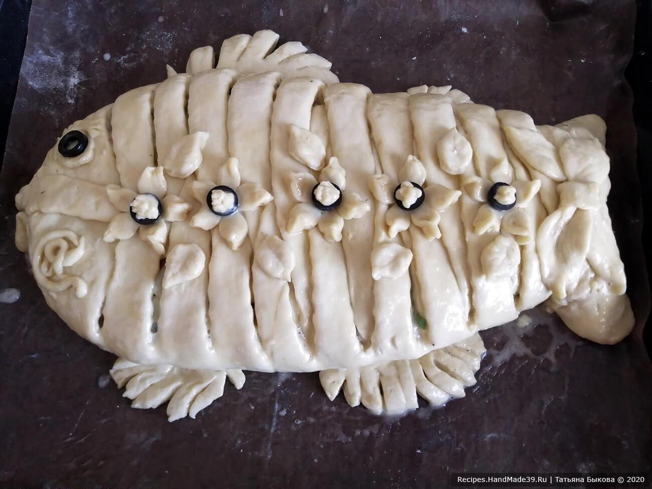 Сформированный пирог украсить по своему усмотрению, смазать взбитым яйцом