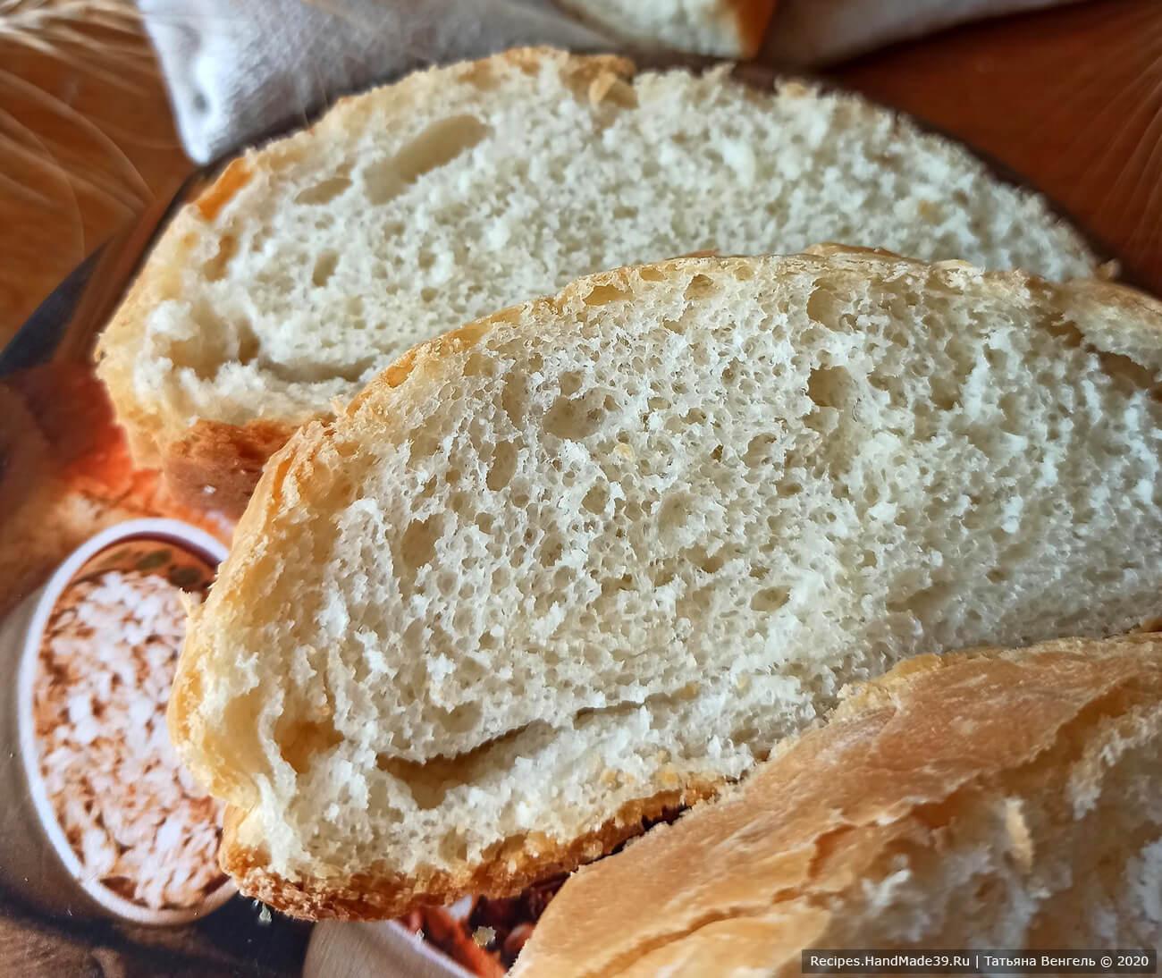 Выпекать хлеб около 40 минут в духовке, разогретой до температуры 180 °C