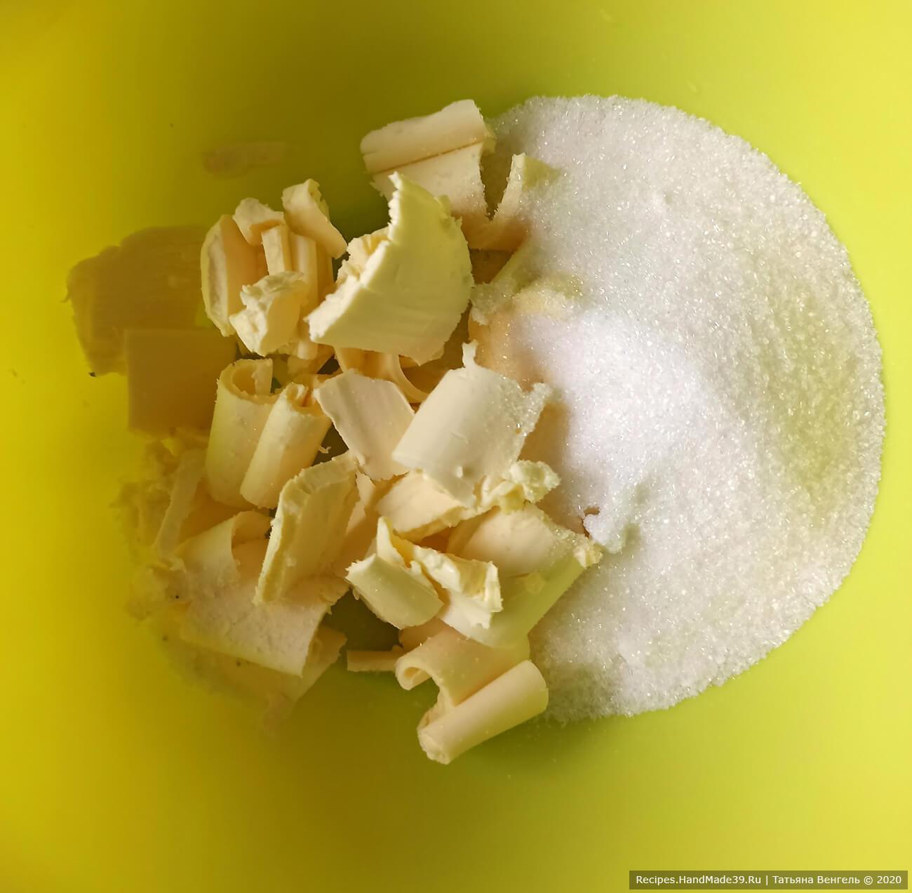 Приготовление шоколадного теста: смешать масло комнатной температуры, соль, сахар, перетереть лопаткой.