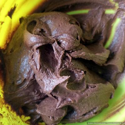 Шоколадное тесто получается густоватое, липкое, но не растекается