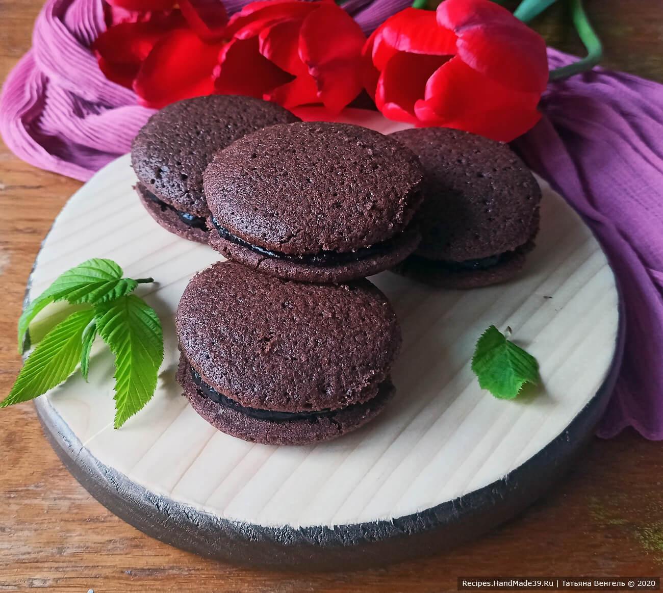 Шоколадное печенье-сэндвич с ягодной прослойкой
