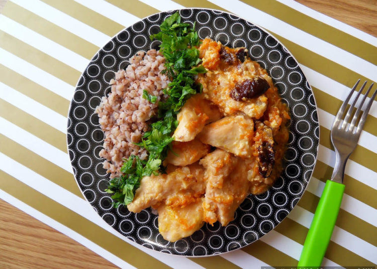 Куриное филе, тушённое в сливках с морковью, луком и черносливом – пошаговый рецепт с фото