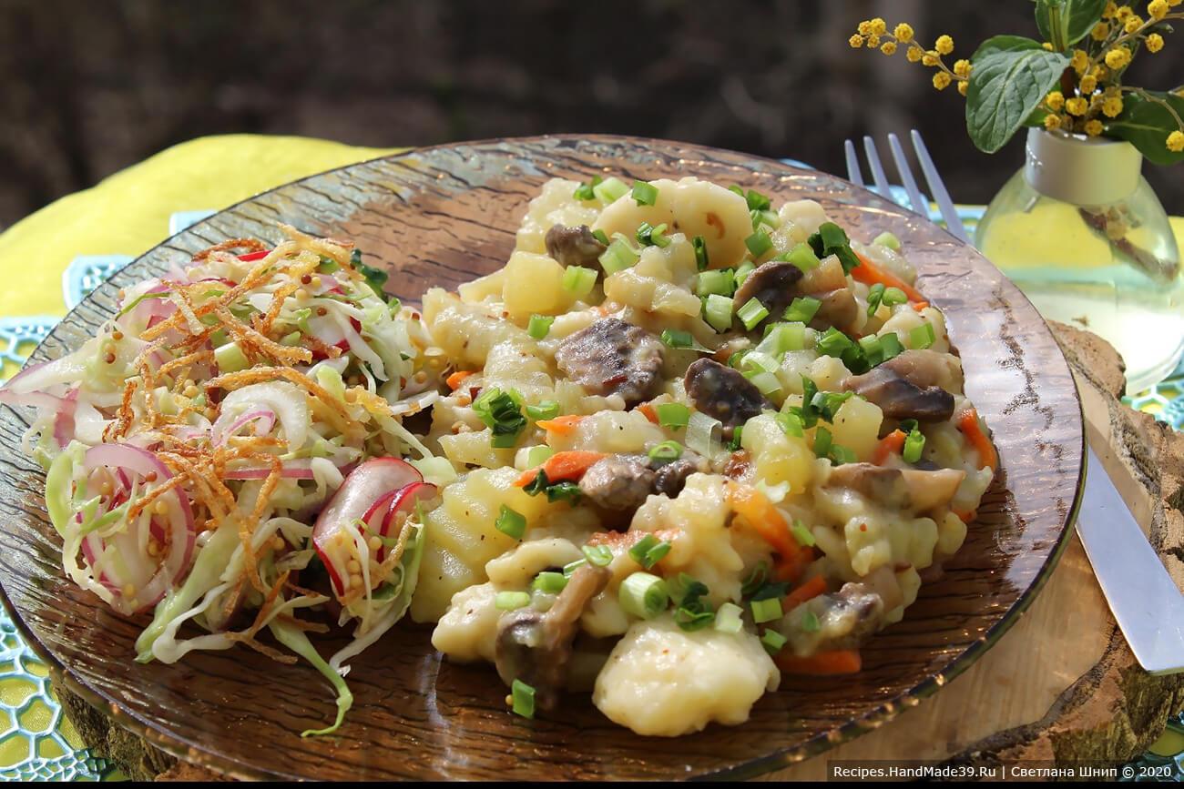 Галушки с картофелем и грибами подавать с зеленью