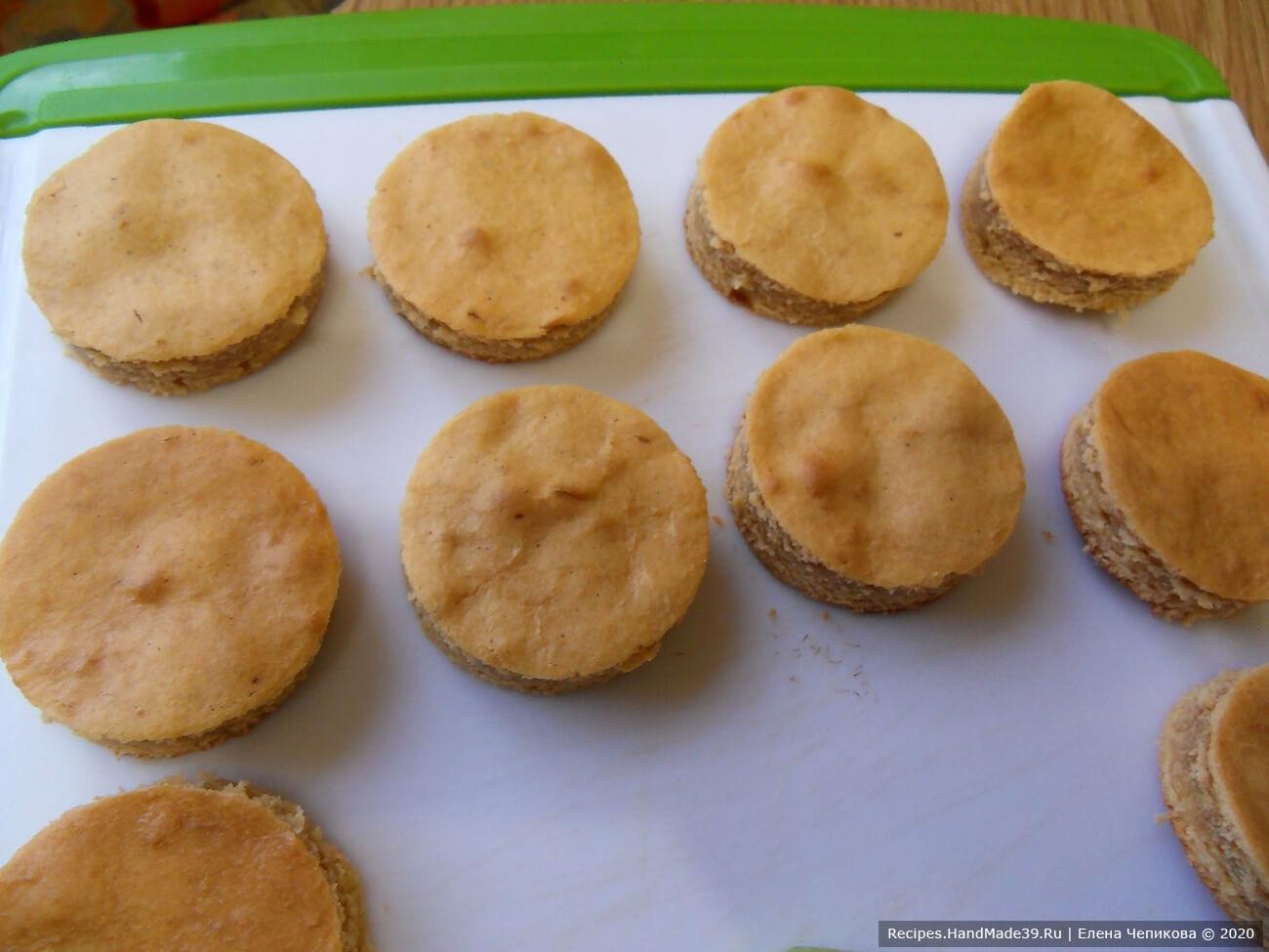 Пирожные с варёной сгущёнкой – фото шаг 7