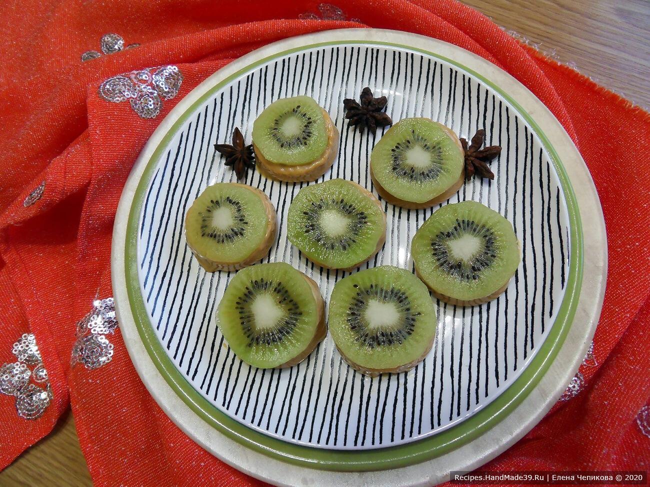 Пирожные с варёной сгущёнкой – фото шаг 9