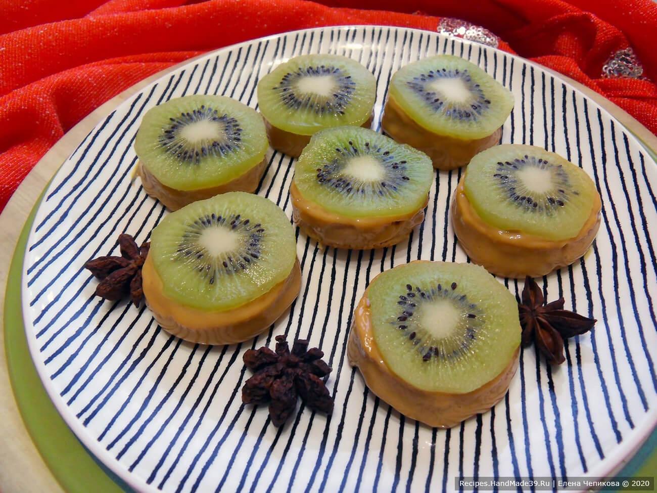 Ленивые бисквитные пирожные «Сгущёнка и киви»