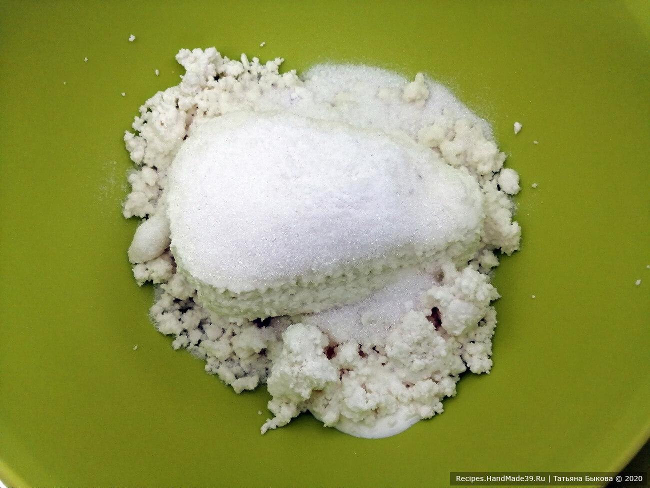 Приготовление творожного теста для пирожков: творог соединить со сметаной, сахаром, солью и пробить блендером