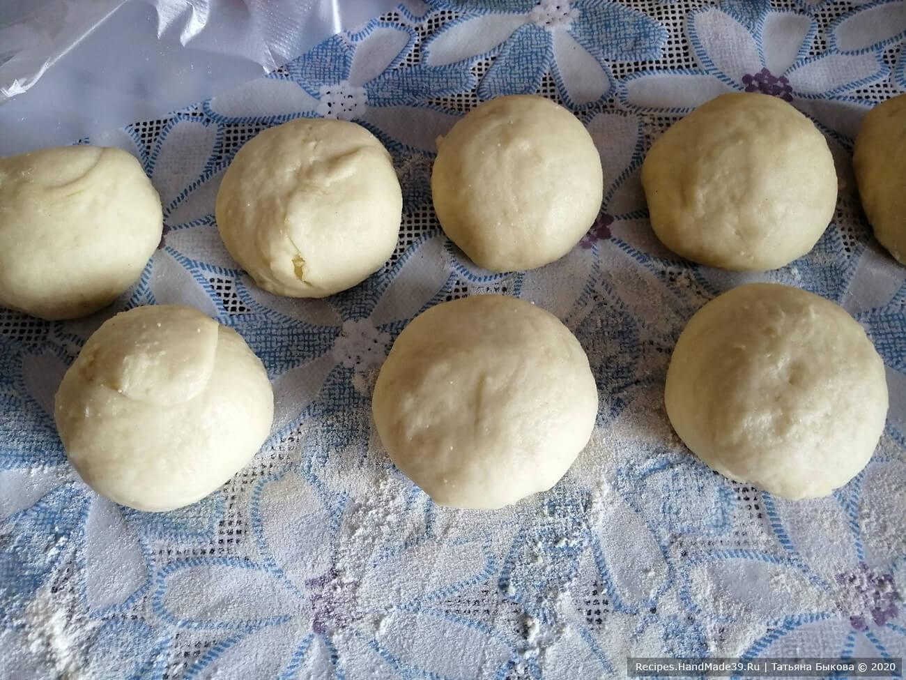 Формируем пирожки. Тесто не липнет, оно очень мягкое и эластичное. Его надо разделить на кусочки по 65-70 г