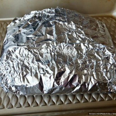 Оленину выкладываем в фольгу, запечатываем и ставим запекать в духовку на 1 час при температуре 180 °С