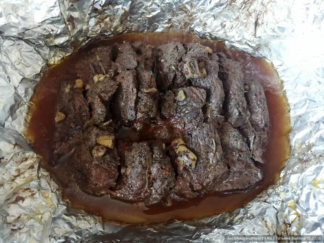 Затем раскрываем фольгу, поливаем мясо выделившимся соком и убираем ещё на 15-20 минут при температуре 200 °С