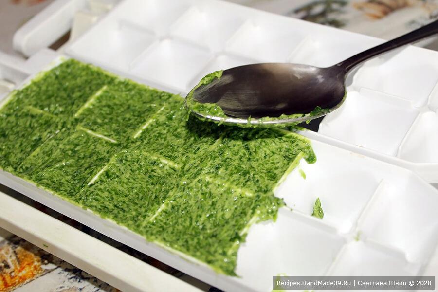 Варианты заморозки лука: разложить луковое масло в порционные ячейки формочек для заморозки льда. Поместить формочки в морозилку