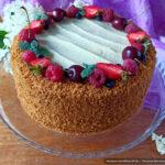 Медовый торт с кремом «Пломбир» и клубничной прослойкой