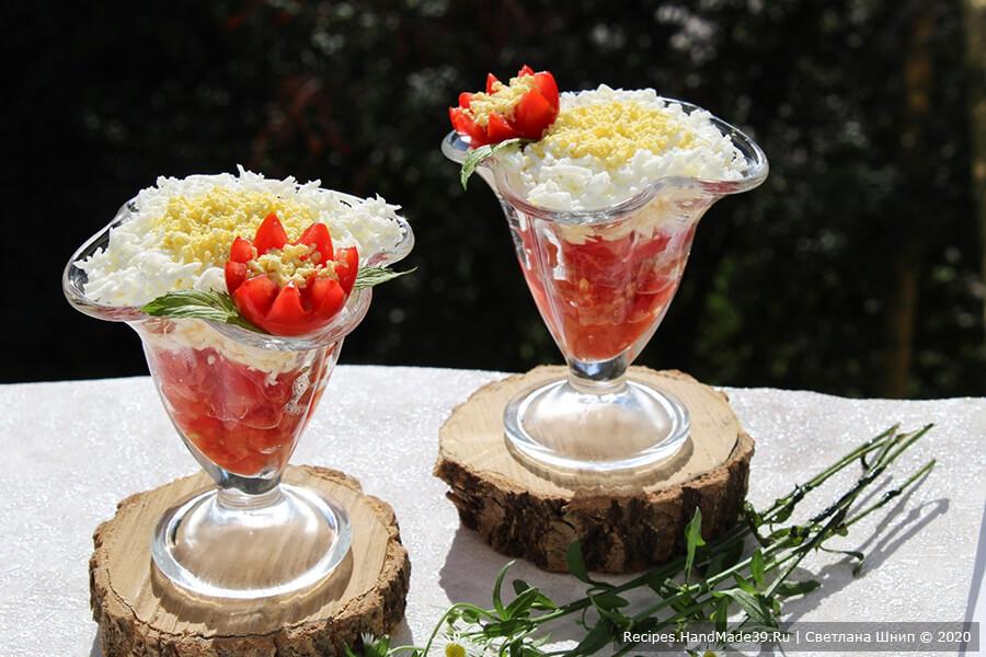Слоёный салат из помидоров, сыра и яиц – фото шаг 11. Половинку помидора выложить на салат, в центр томатного «цветка» насыпать немного тёртого желтка