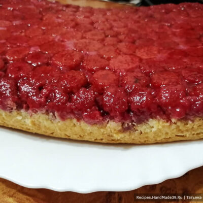 Пирог с малиной – фото шаг 11. Перевернуть пирог на блюдо