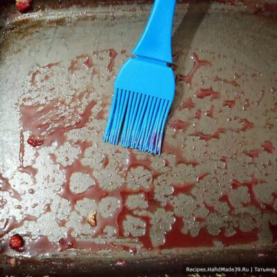 Пирог с малиной – фото шаг 12. Из формы собрать оставшийся сироп и размазать его по ягодам с помощью кисточки