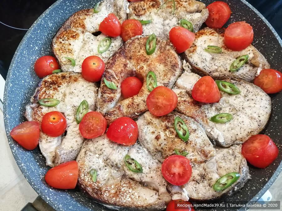 Таймень в сливках – фото шаг 4. Добавить специи для рыбы, соль, чёрный молотый перец. Снова выложить тайменя на сковороду
