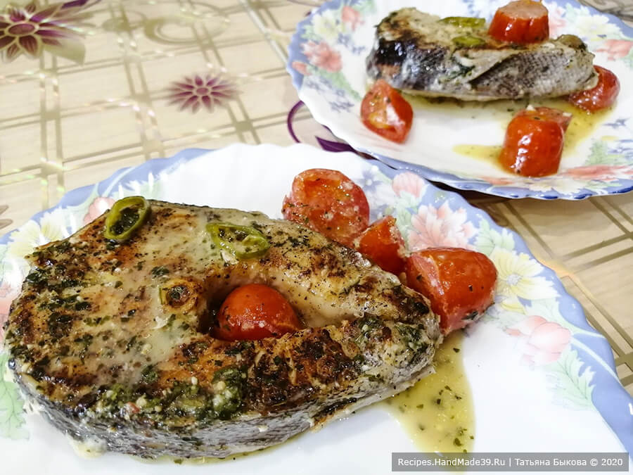 Таймень в сливках – фото шаг 6. Закрыть сковородку крышкой, тушить рыбу на небольшом огне 10-15 минут. Приятного аппетита!