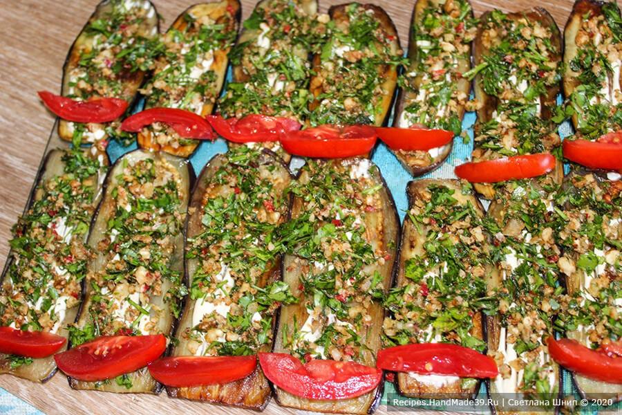 Рулетики из баклажанов – фото шаг 10. Выложить на ломтик смесь зелени с чесноком и орехами