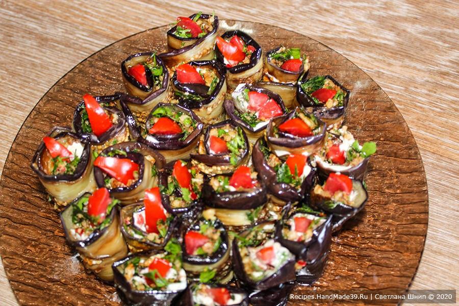 Рулетики из баклажанов – фото шаг 11. Выложить рулетики на тарелку и охладить в течение 30 минут