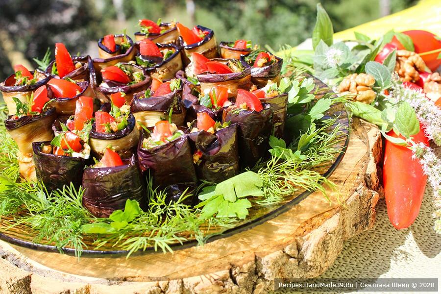 Рулетики из баклажанов – фото шаг 12. При подаче украсить рулетики из баклажанов с помидорами и орехами по-грузински зеленью