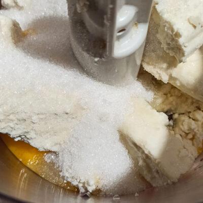 Творожный пирог – фото шаг 1. Яйца соединить с сахаром и творогом