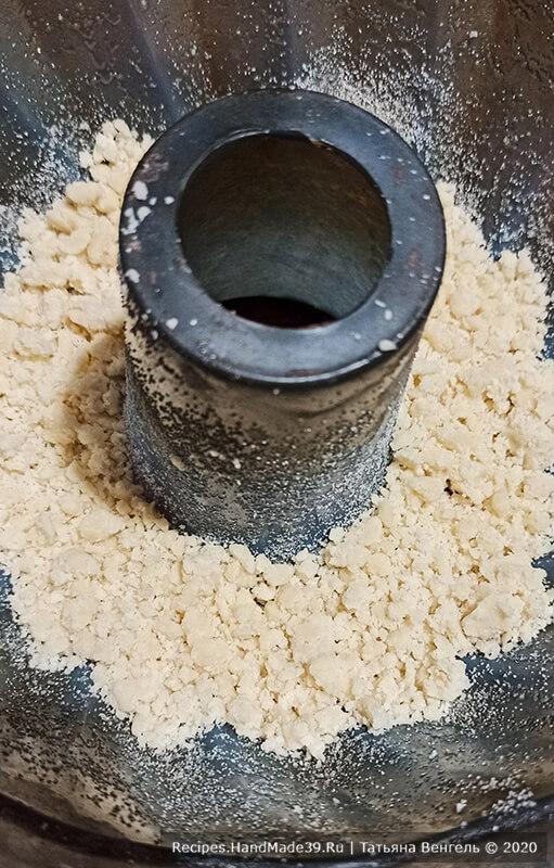 Творожный пирог – фото шаг 5. На дно формы насыпать 1/4 часть масляной крошки