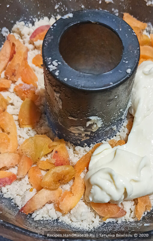 Творожный пирог – фото шаг 7. Выложить 1/4 часть масляной крошки, слой абрикосов, 1/3 часть творожной массы