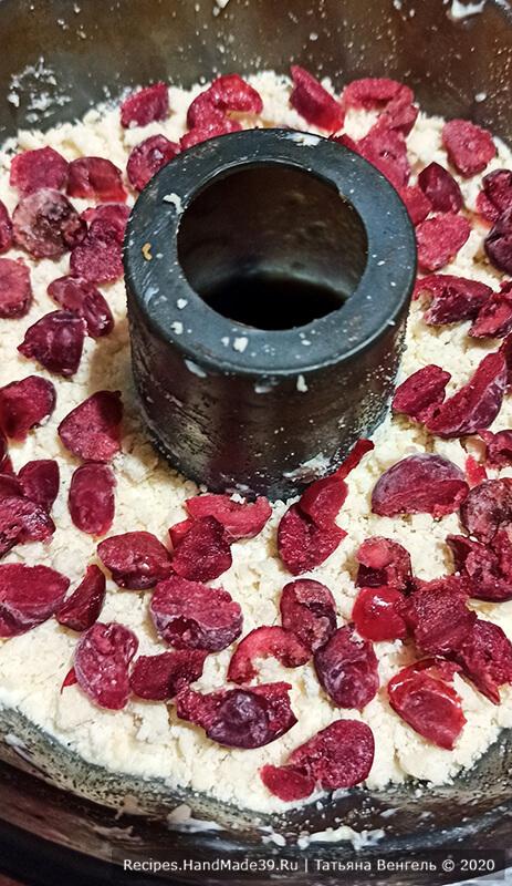 Творожный пирог – фото шаг 8. Выложить 1/4 часть масляной крошки, слой вишни