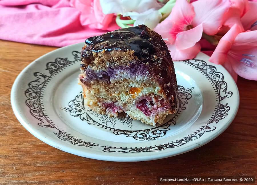 Ленивый творожный пирог с ягодами, фруктами и масляной крошкой