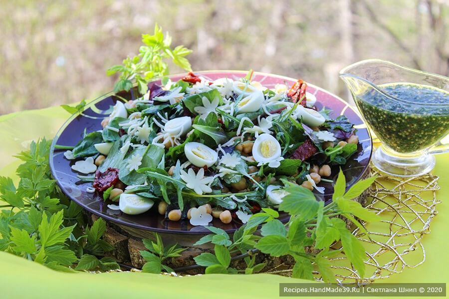 Салат с нутом и яйцом – фото шаг 10. Рядом с блюдом поставить заранее приготовленный соус. Соединить салат и соус у себя в тарелке