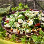 Средиземноморский салат с нутом, яйцом и вялеными томатами
