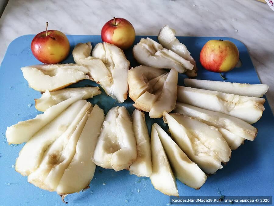 Пирог с рикоттой – фото шаг 9. Готовим груши. Моем, вырезаем сердцевину и режем на дольки. Яблоки моем (они в рецепте используются по желанию)
