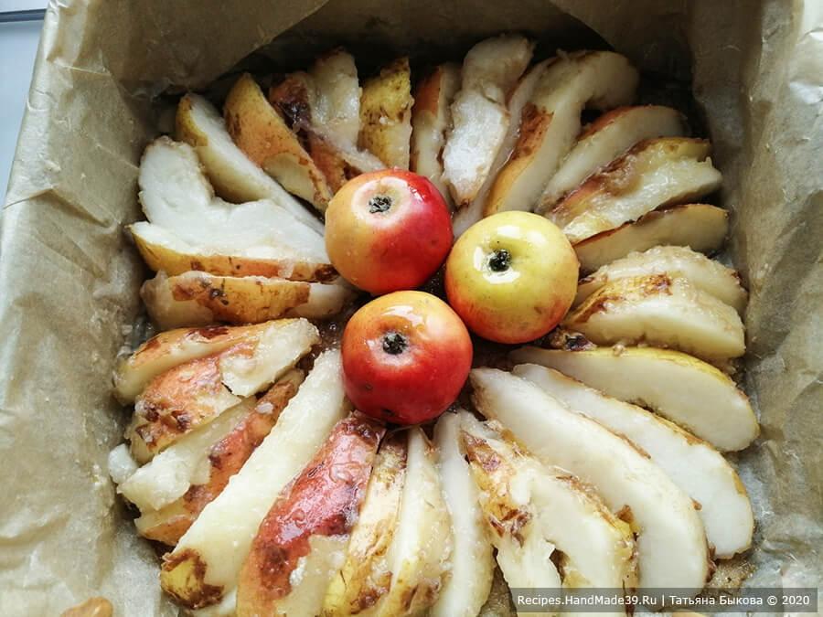 Пирог с рикоттой – фото шаг 10. Выкладываем грушевые дольки в сахарный сироп (карамель) по кругу. В центр (по желанию) выкладываем три целых яблока хвостиками вниз