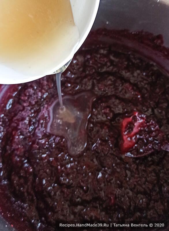 Бисквитный торт с конфи – фото шаг 3. Влить желатин в вишнёвую массу, перемешать