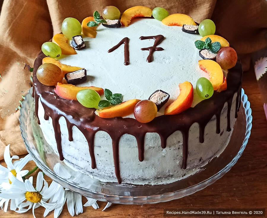 Шоколадный бисквитный торт с вишнёвым конфи и йогуртовым кремом-муссом