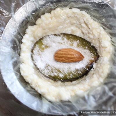 Сырники в духовке – фото шаг 8. В углубление от косточки поместить миндальный орех