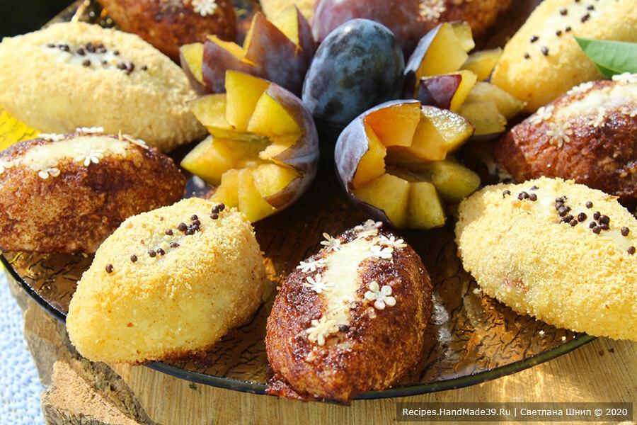 Сырники в духовке – фото шаг 13. Сырники со сливами и миндалём рекомендуется подавать со сметаной, сладкими ягодными соусами
