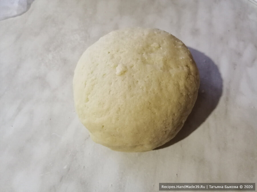 Яблочный пирог с карамелью – фото шаг 3. Замесить тесто, выложить в пакет и убрать в холодильник на полчаса