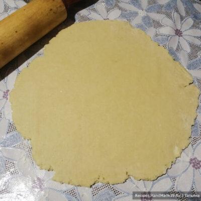Яблочный пирог с карамелью – фото шаг 7. Раскатать бо́льшую часть теста