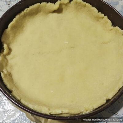 Яблочный пирог с карамелью – фото шаг 8. Раскатанное тесто выложить на дно формы для выпечки, делая бортики примерно 3 см