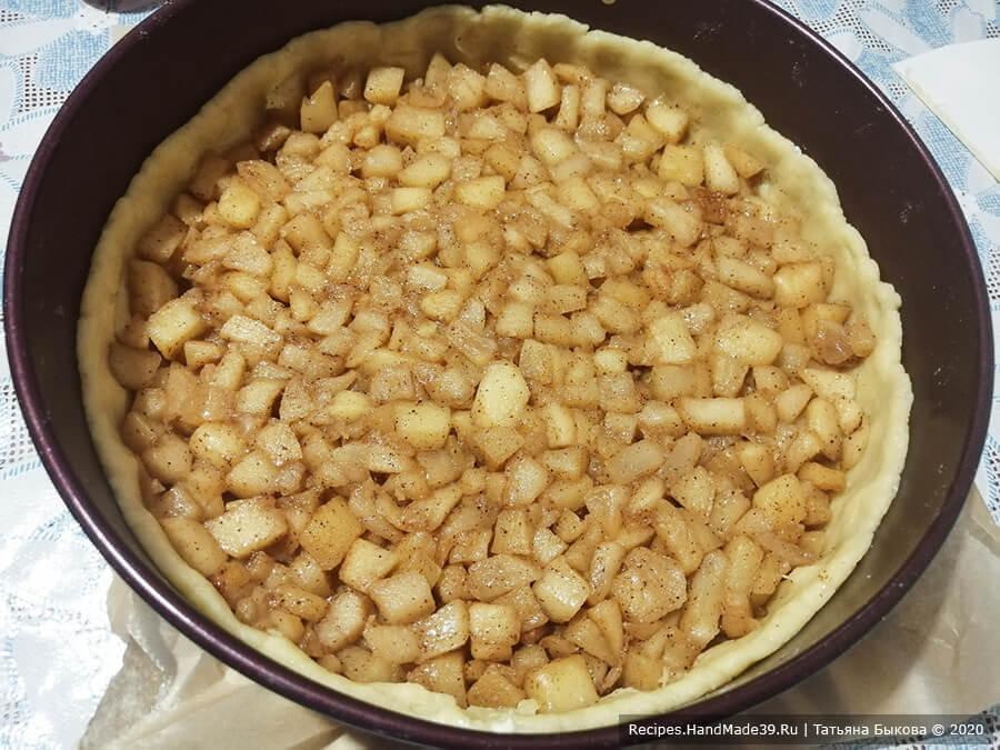 Яблочный пирог с карамелью – фото шаг 9. На тесто выложить яблоки
