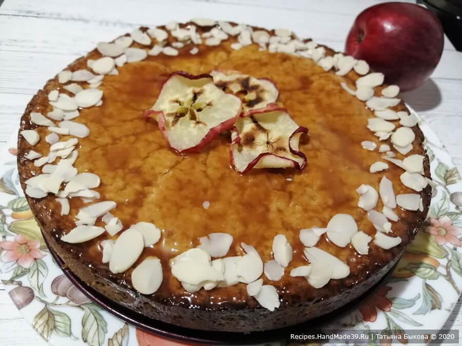 Яблочный пирог с карамелью – фото шаг 14. Вынуть готовый яблочный пирог из духовки и сразу (горячим) залить карамелью. Дать пирогу полностью остыть и вынуть из формы. Приятного аппетита!