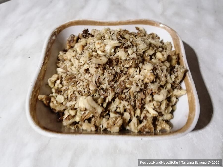 Торт «Юбилейный» – фото шаг 1. Промываем и просушиваем очищенные грецкие орехи. Измельчаем их
