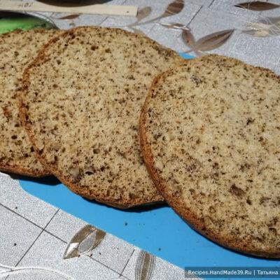 Торт «Юбилейный» – фото шаг 11. Удобнее всего по бокам бисквита сделать надрезы ножом, а затем разрезать сам бисквит ножом для хлеба (с зазубринками)