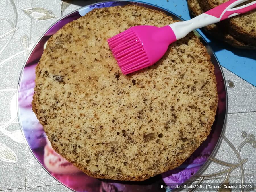 Торт «Юбилейный» – фото шаг 12. Кладём один корж на плоское блюдо и пропитываем холодным сахарным сиропом