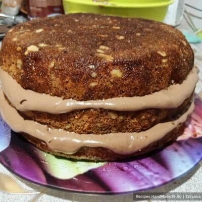 Торт «Юбилейный» – фото шаг 14. Щедро обмазываем бока и верх торта кремом, выравнивая его кондитерской лопаткой