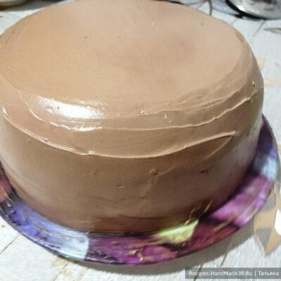 Торт «Юбилейный» – фото шаг 15. Ставим торт в холодильник, чтобы крем схватился