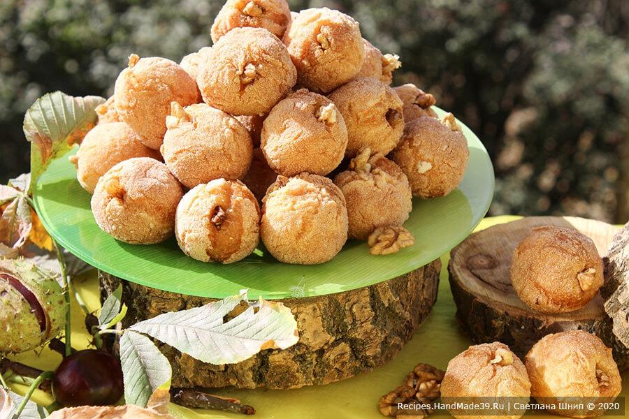 Творожные пончики «Абрикосы» – фото шаг 12. Творожные пончики «Абрикосы» выложить на блюдо и по желанию полить абрикосовым вареньем абрикосовым или абрикосовым сиропом. Приятного аппетита!