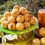 Творожные пончики «Абрикосы» с орехами