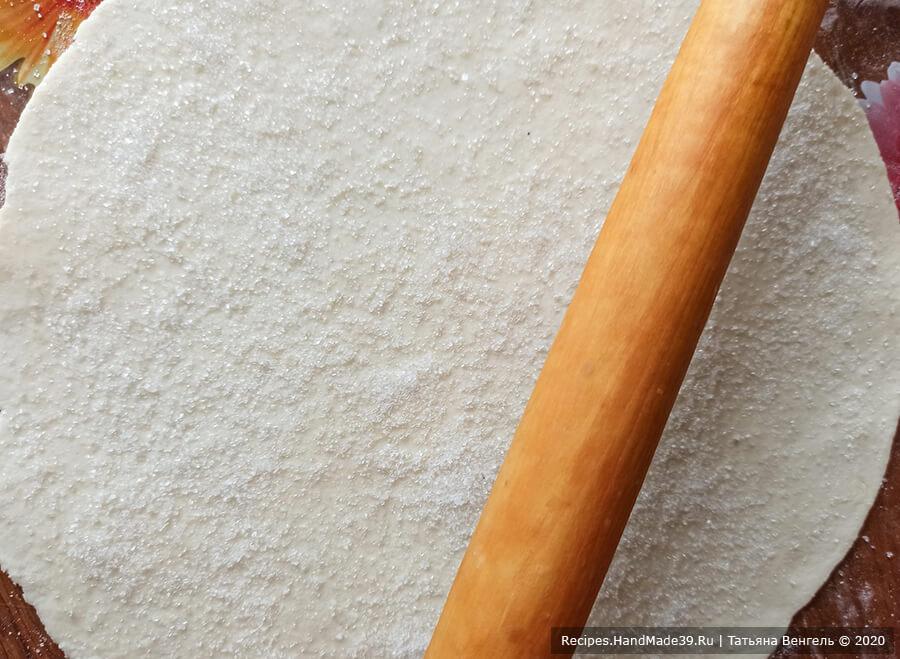 Творожные рогалики – фото шаг 4. Тесто разделить на части. Раскатать тонко в круг. Обильно посыпать круг сахаром, скалкой пройтись по тесту (как бы вмешивая сахар)